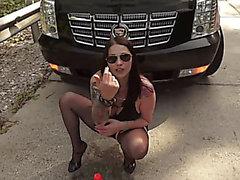 bella cadela anal fisting na rua atrás de um carro