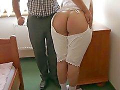 Amelia i gammaldags underkläder fick prygel