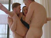 Tushy caliente esposa ama DP con su marido y su mejor amigo