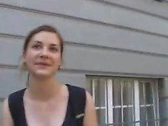 Blonde Amateur nimmt Gesichtsbesamung im Freien in der Öffentlichkeit