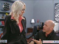 Reizvolle blonde Emma Starr bekommt im Büro festgenagelt