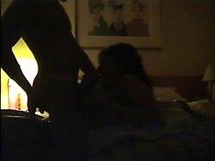 Sensuale mammina italiana avvolge le labbra e lancette attorno a velo A basso