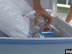 Тощие птенцы обнажаются на лодке