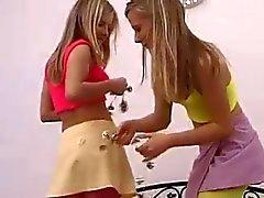 tonåriga lesbiska tvillingar strippa och knulla varandra