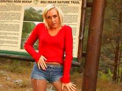 Blondine in Strumpfhosen ausziehen Wald