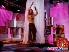 Vollbusige Belly Dancer zieht sich aus and Dances