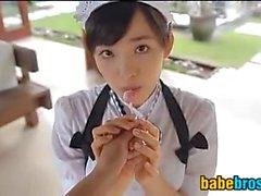 Japanische Maid quält ihr Höschen