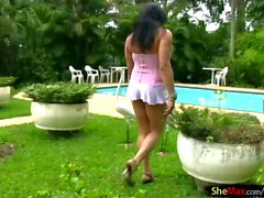 Big Ass tranny Babe in Minirock masturbiert am Pool