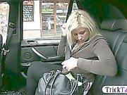 Blonde Пухлые женщина впрыскивает в то время что ее киска получает выебанная таксистом о заднем сиденье машины