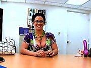 Hottie wird schrecklich nass von ihrem lusty Interview