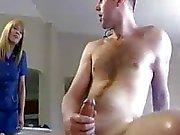 Мамочка постановляет даст молодым Cock Ее рука