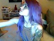 Tío tatuado se hizo una paja por atractiva novia cabello púrpura