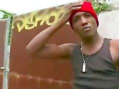 Weiß Homosexuell Guy der Suche nach Sex auscheckt schwarzen Jungs Hintern