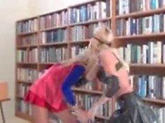 Supergirl Gefangennahme und getötet von einer Tollheit, die ein spätes trägt