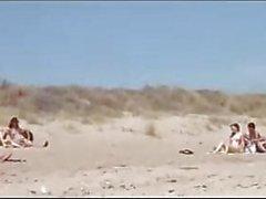 Paar spaltete von Fremden am Strand