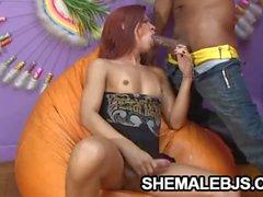 Gertenschlank Volks Shemale Paola Felix spielt auf einem harten Schwanz