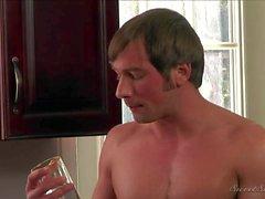 Guy va a letto con la sua charme La matrigna di Sara Stone