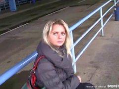 Bitch STOP - Blonde Checa MILF pegou na estação de ônibus