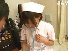 Nurse Asian aux gros seins