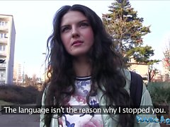 Öffentliche Mittel Italienisch liebt Saugen und Hahn in der Öffentlichkeit Reiten