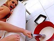 Poussins bizarres aime se faire jailli de lait chaud au visage