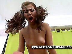 Blond shemale Kate Augustina njuter av ett tryck på en