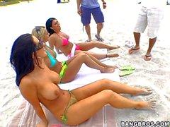 Pornostars Eva Angelina und Jayden Jaymes auf dem Strand