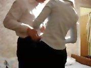 Cara configura sua câmera escondida e recebe sua esposa loira para trepar