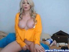 Blonde Tranny Bombs masturba en Live Cam