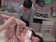 Babe giapponese di ottiene la sua figa magneggiato e aspirato nella cucina