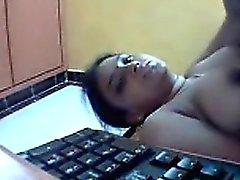 Indio desnudo en la cámara Fingering su coño