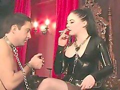 Del lattice fumare femdom gioca con i suoi manslave