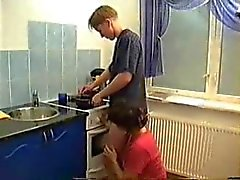 Moeder neukt BF in de Keuken