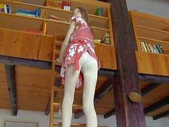 Junges Mädchen Gloria auszieht ihre Strumpfhose