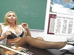 Lusty sarışın öğretmen oyuncakları siyah çorap onun Muff