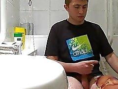 Tiener gay jongen krijgt gevangen wanking in de badkamer