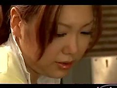 Asiatische Frau verprügelt Erste Schritte gebunden an für Ausflüge bekommen ihre Brustwarzen andere Frau In Der Küche gelutscht