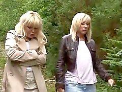 2 rijpt geef hand - blowjob aan een vreemdeling in het bos