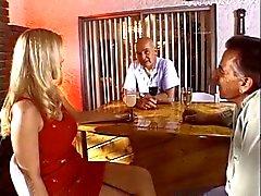 Горячая блондинка домохозяйки получает ее большие синицы и киска облизывал