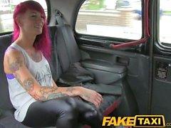 FakeTaxi Скала птенец с секси татуировками попадает реальное испачкаться