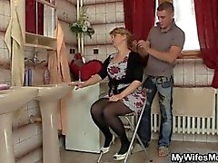 Seiner Frau lässt er Pony ihren heißen Mutter