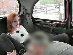 Chica pelirroja Chicas portazo con el conductor para un carrera de taxi libre de