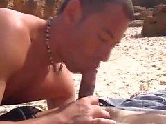 Beachboy arabo scopa europeo sulla spiaggia