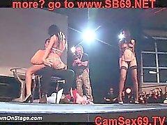 Девочка на публичной сцене 19
