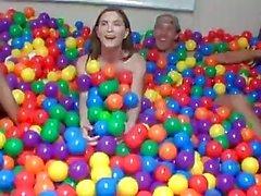 el sexo de la universidad a la piscina de bolas - DareDorm