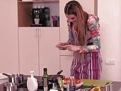 Steak und Blowjob - Geil Kitana Lure geben Kopf in der Küche