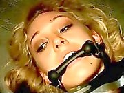 Fille blonde avec les jambes et bras Mouthgag attaché vers le haut rencontres Fingered And baisé Comment Buttplug en torturée par bâton par le maître dans le donjon