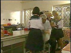 Il sesso di gruppo i marinai in una cucina