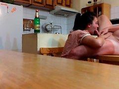 Succhia cazzo sulla tabella di cucina