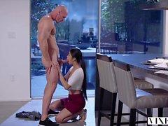 Vixen jovem estudante asiática tem sexo apaixonado com o vizinho